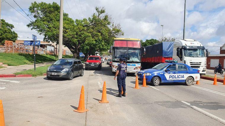 FOTO: Organizaciones sociales piden bolsones en la Ruta 9