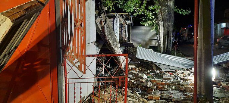 FOTO: Discutió con un vecino, lo asesinó y voló su propia casa (Foto: Bomberos Alte. Brown)