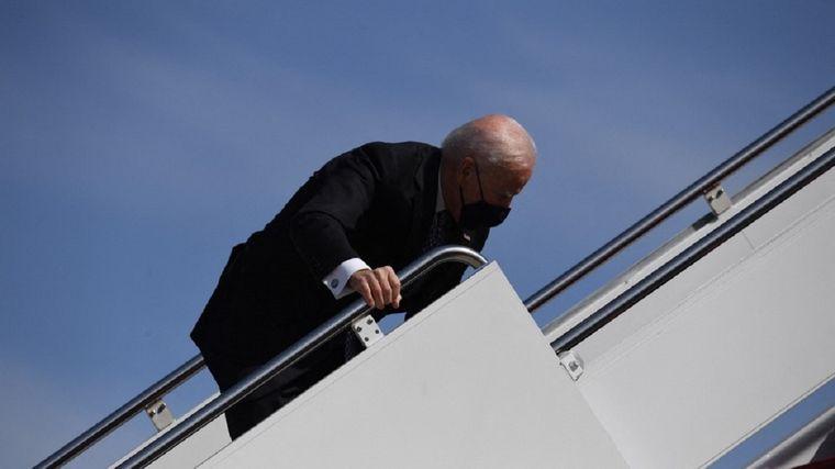 FOTO: Joe Biden se tropezó y cayó cuando subía al Air Force One
