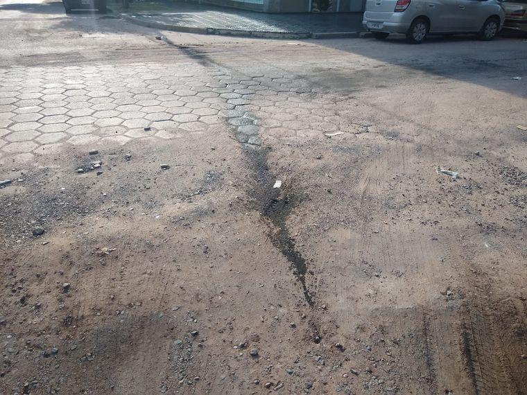 FOTO: Un bache rompió un auto en barrio General Paz