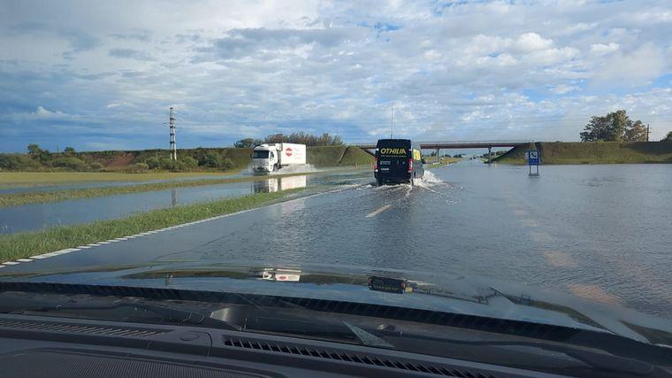 FOTO: Al menos 100 evacuados en Gálvez por las intensas lluvias.