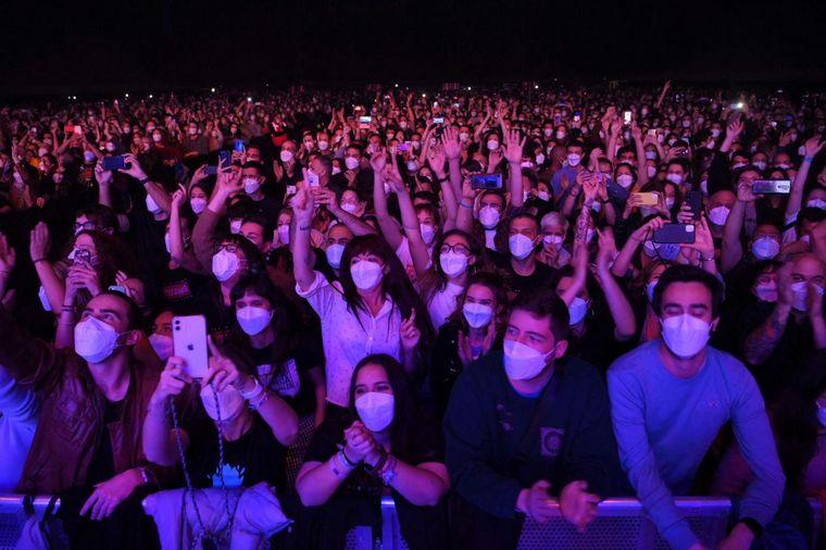 FOTO: La banda Love of Lesbian protagonizó el show masivo (Foto: El Periódico)
