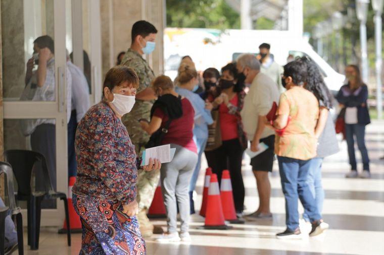 FOTO: Comenzaron a vacunar a mayores de 65 en Córdoba