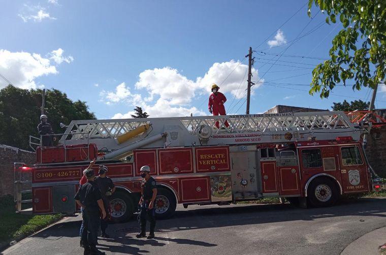 FOTO: Los bomberos trabajaron por horas para rescatar a la gatita