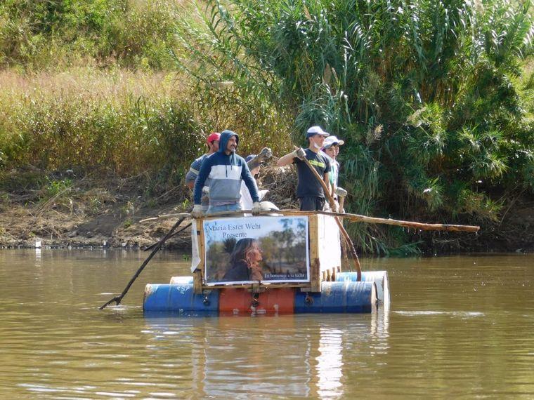 FOTO: Los vecinos de Chacras de la Merced se manifestaron en balsas por el río Suquía.