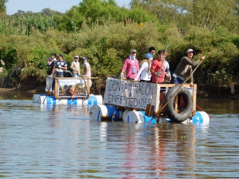 AUDIO: Vecinos protestaron en balsas por el mal estado del río Suquía en Córdoba