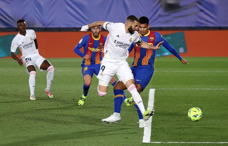 FOTO: El Real Madrid se quedó con el clásico y alcanzó la punta