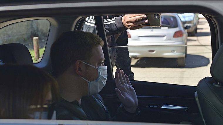 FOTO: Con su esposa aislada, solo pudo despedirlo su hijo (Foto: Gustavo Gavotti).