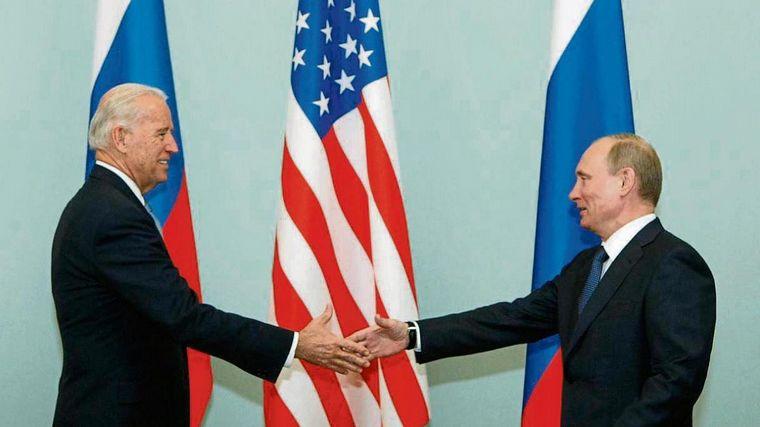 Biden increpa a Putin sobre tensiones con Ucrania