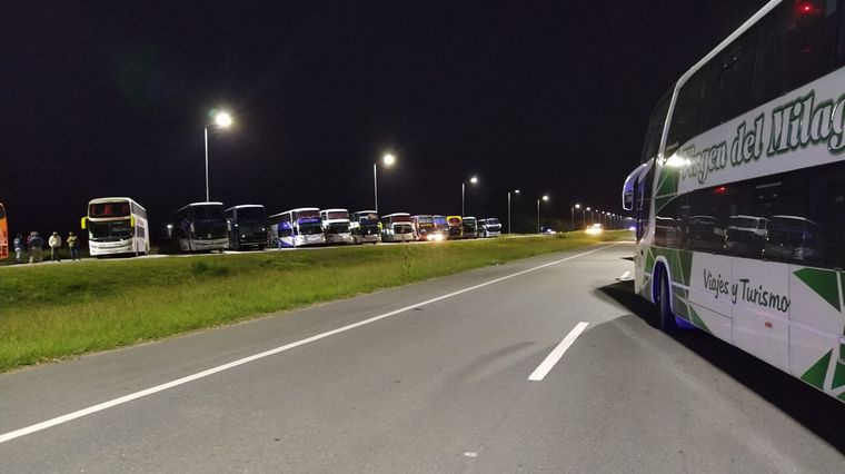 FOTO: Transportistas cortan media calzada de la autopista Córdoba-Rosario.