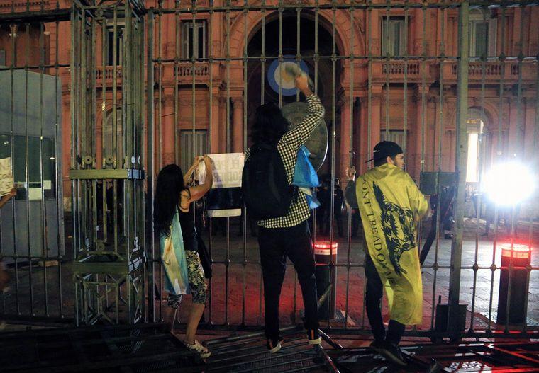 VIDEO: Incidentes frente a la Casa Rosada durante la marcha #17A