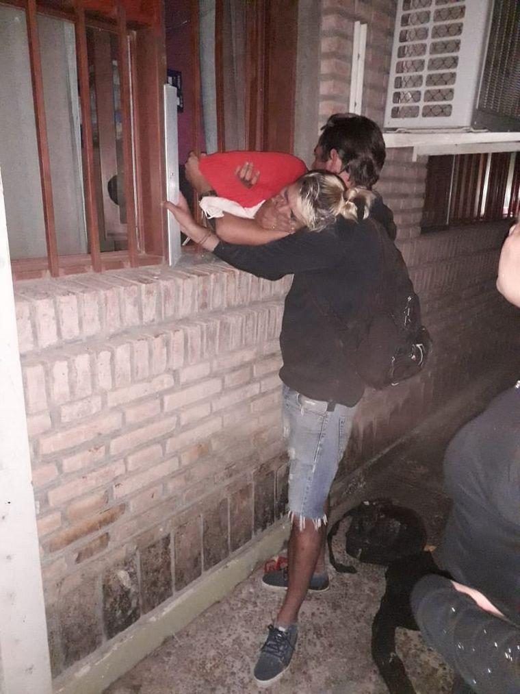 AUDIO: Intentaba robar y quedó atrapada entre las rejas