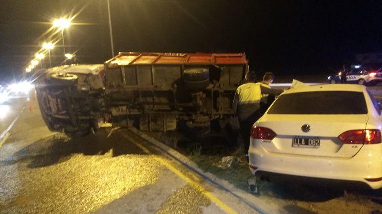 AUDIO: Un camión quedó tumbado al chocar con un auto en la Ruta 19