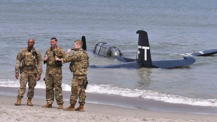 FOTO: Impactante acuatizaje de emergencia de un avión en una playa.