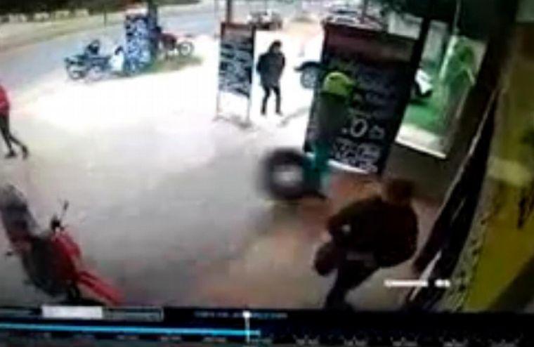 FOTO: Un neumático salió a toda velocidad y golpeó a una señora