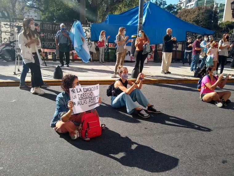 FOTO: Padres protestan con una sentada en el Palacio de Justicia