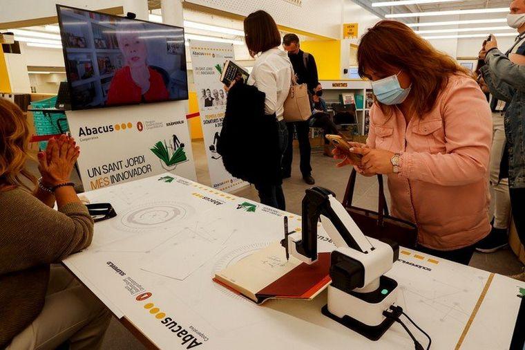 FOTO: Isabel Allende firmó libros con un robot en Sant Jordi