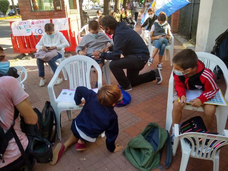 FOTO: Hicieron la tarea frente a Olivos en señal de protesta