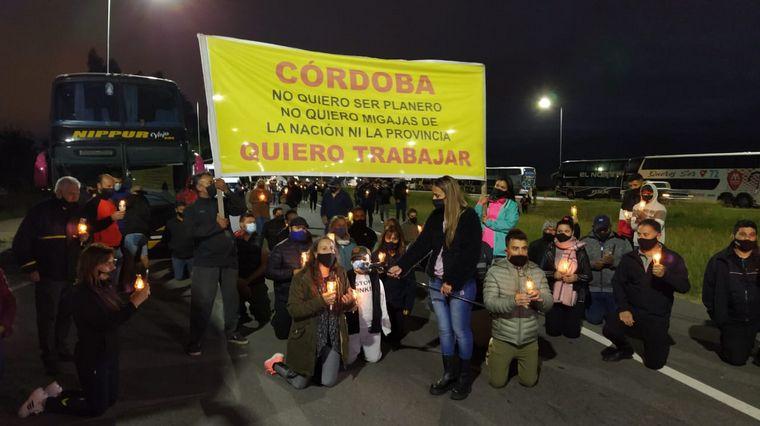 FOTO: Transportistas de turismo cortan la autopista Córdoba-Rosario.
