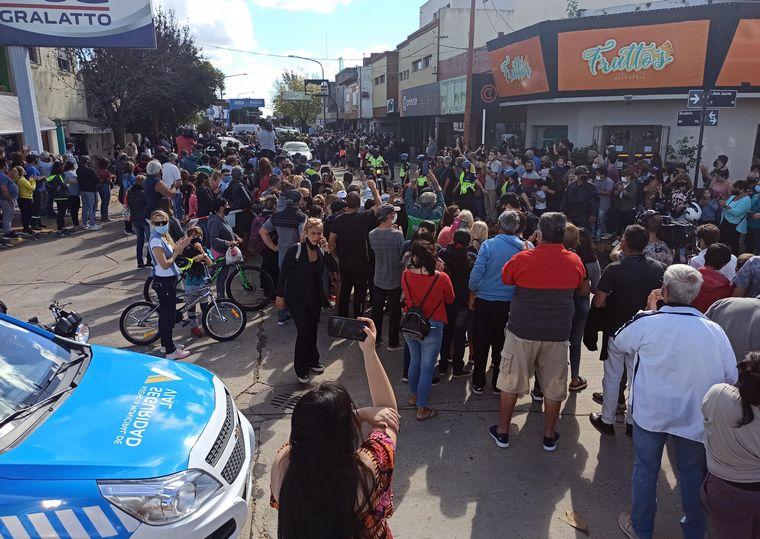 FOTO: Despiden los restos de Mario Meoni en Junín (Foto: Clarín)