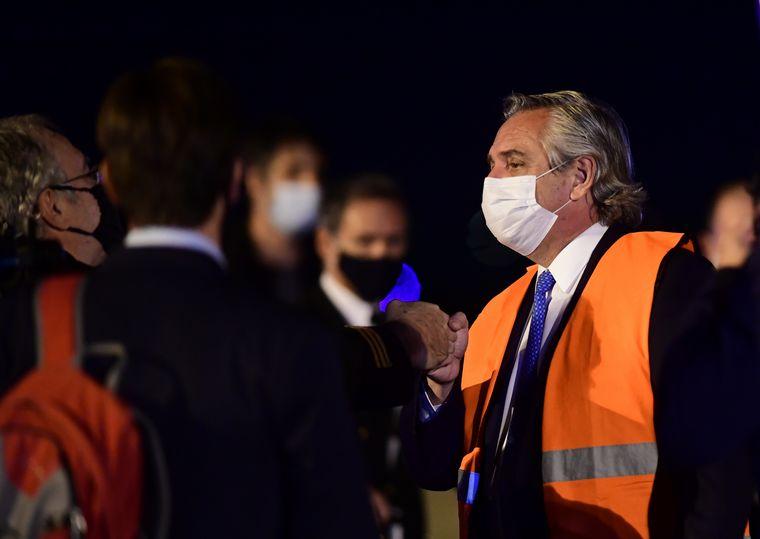 FOTO: El jefe de Estado fue a Ezeiza a esperar el vuelo con las dosis.