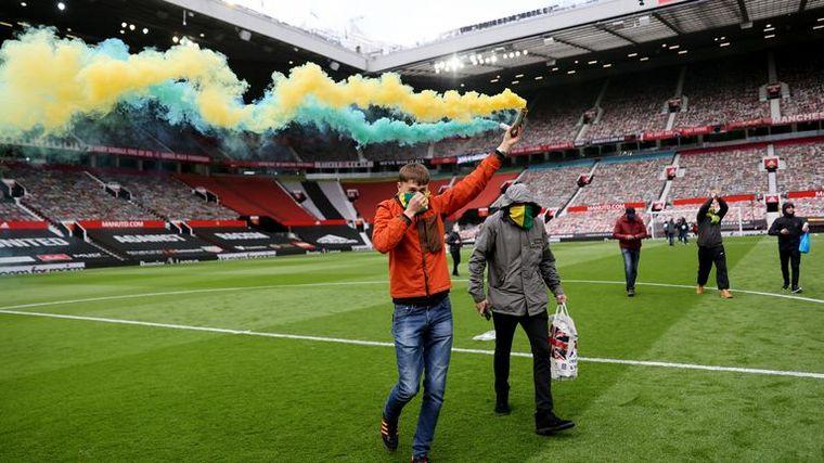 FOTO: Los hinchas del Manchester United invaden la cancha para protestar (Foto: AFP-Getty)