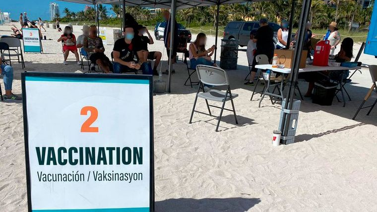 FOTO: Miami comienza a vacunar en la playa