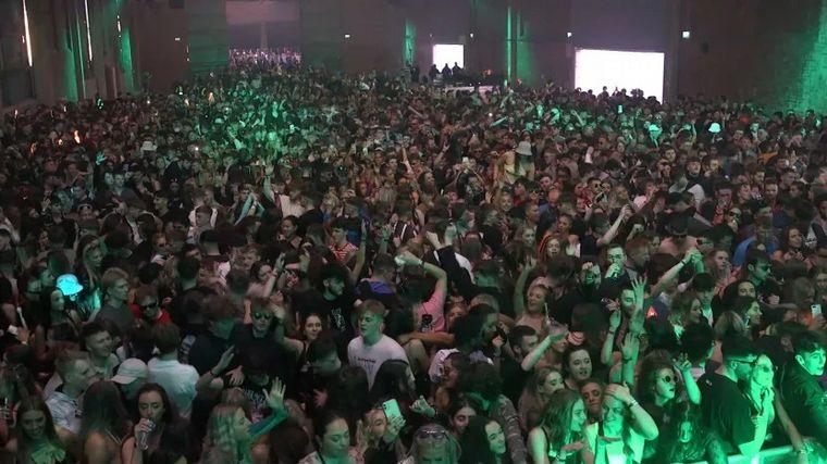 FOTO: Show para 5 mil personas en Inglaterra sin barbijos ni distanciamiento.
