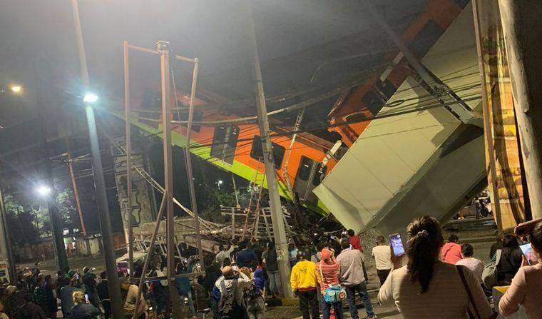 FOTO: Conmoción en México: colapsó un puente de la línea 12 del metro (@everglow_mexico)
