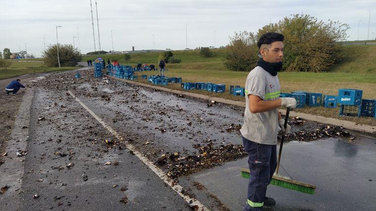 FOTO: Volcó un camión con cervezas en Córdoba.