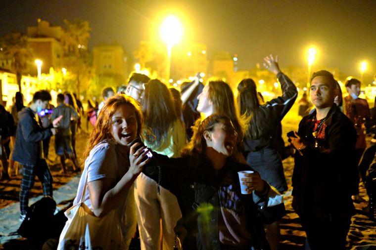 FOTO: Fiesta y descontrol en España por el fin del toque de queda