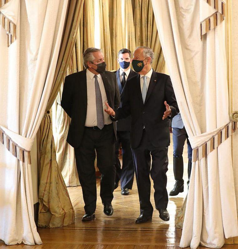 FOTO: El Presidente fue recibido por Marcelo Rebelo de Sousa en Lisboa