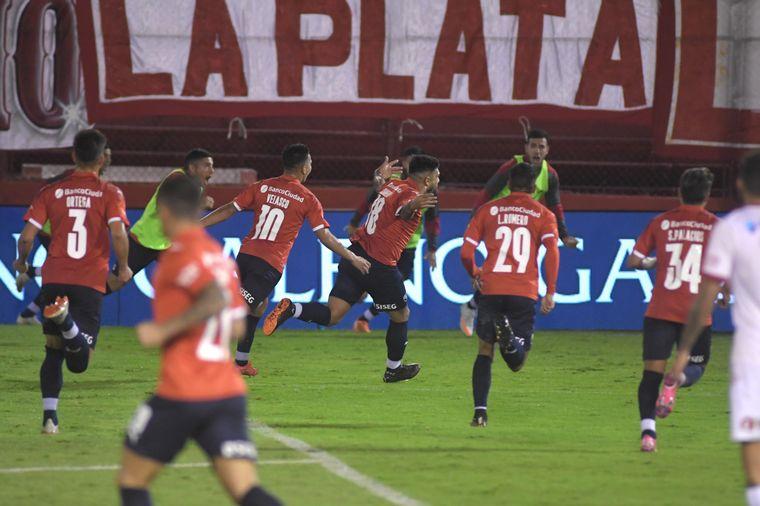 FOTO: Independiente le ganó a Huracán 3 a 1 y se clasificó a los cuartos de final