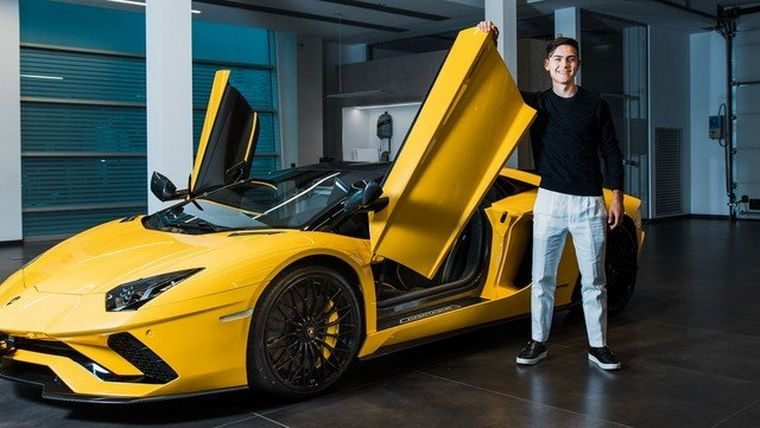 FOTO: Paulo Dybala recibió un Lamborghini de color amarillo