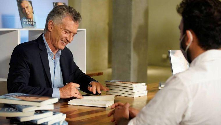 FOTO: Gustavo Santos modera la presentación del libro de Mauricio Macri.