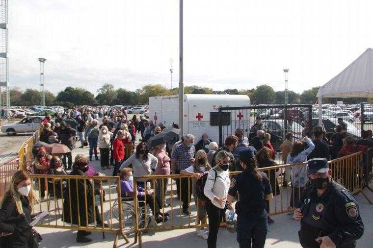 FOTO: Largas filas para vacunarse en Córdoba.