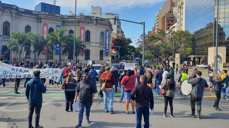 FOTO: Manifestación en contra de las restricciones frente al Patio Olmos de Córdoba.