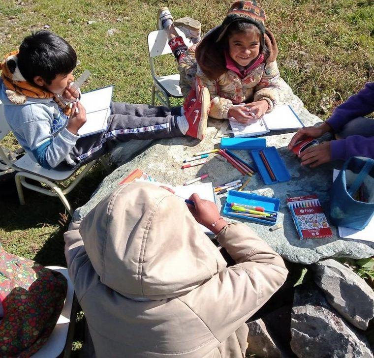 FOTO: Viven 4 meses en la montaña con sus alumnos para educarlos