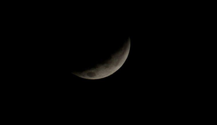 FOTO: Eclipse a las 7.56 en Córdoba: la luna, con un tenue color rojizo.