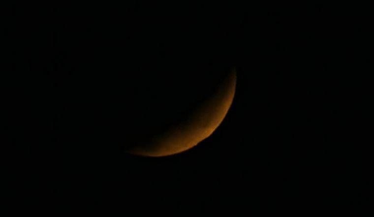 FOTO: Eclipse a las 8.01 en Córdoba: la luna, con un tenue color rojizo.
