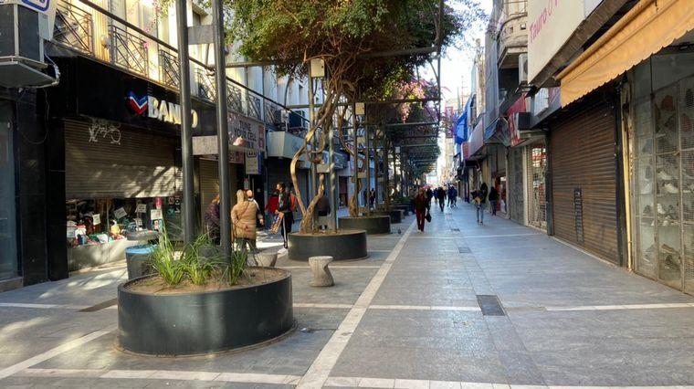 FOTO: Comercios cordobeses abren con persianas a medias.