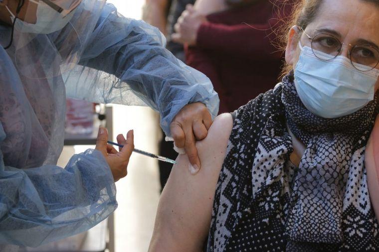 FOTO: Mayores de 45 años con comorbilidades reciben la vacuna en Córdoba.