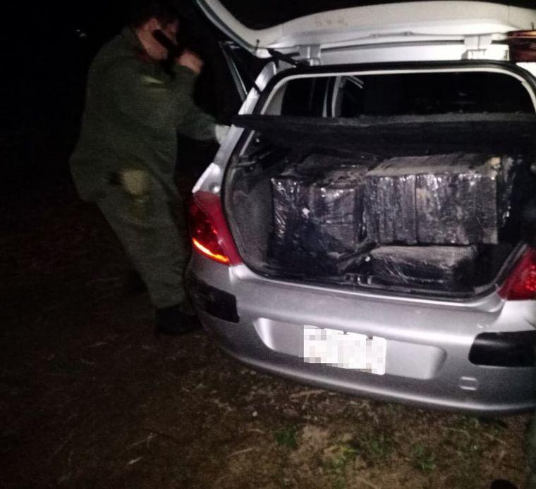 FOTO: Abandonó un auto con 300 kilos de marihuana y huyó de Gendarmería