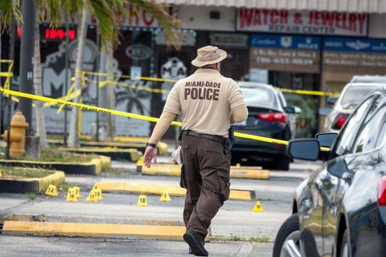 FOTO: Dos muertos y al menos 20 heridos en un tiroteo en Miami