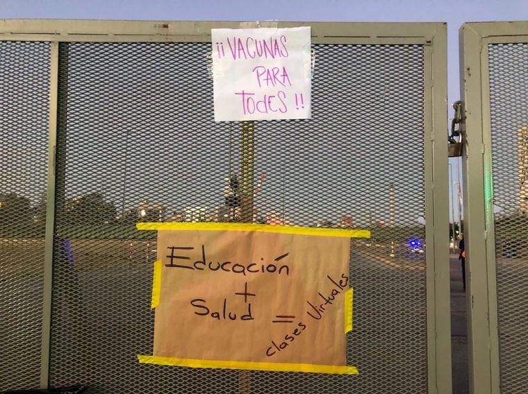 FOTO: Docentes y profesores realizaron una caravana en contra de las clases presenciales.