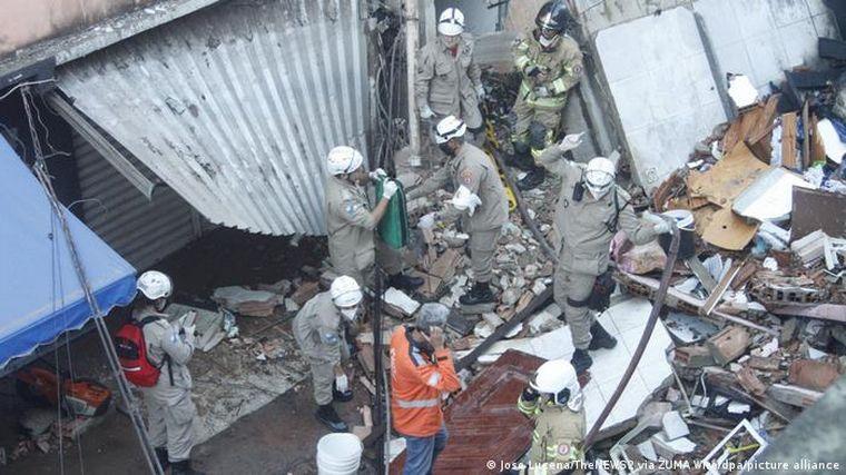 FOTO: Múltiples desaparecidos al derrumbarse un edificio en Brasil