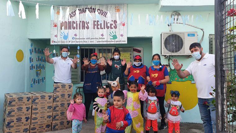 FOTO: Tregar entregó 400 litros de leche en la Asociación Civil Pancitas Felices