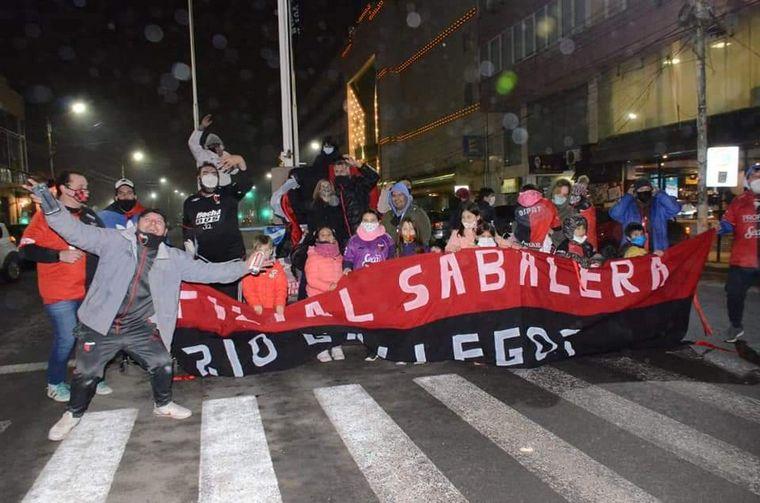 FOTO: Bajo cero, hinchas de Colón festejaron en Santa Cruz(FOTO: Javier Seveso)