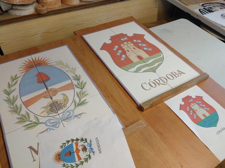 FOTO: Lo escudos elaborados en azulejos por una artesana española.