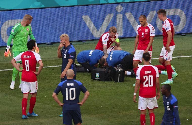 FOTO: Se desvaneció Eriksen en medio del partido contra Finlandia